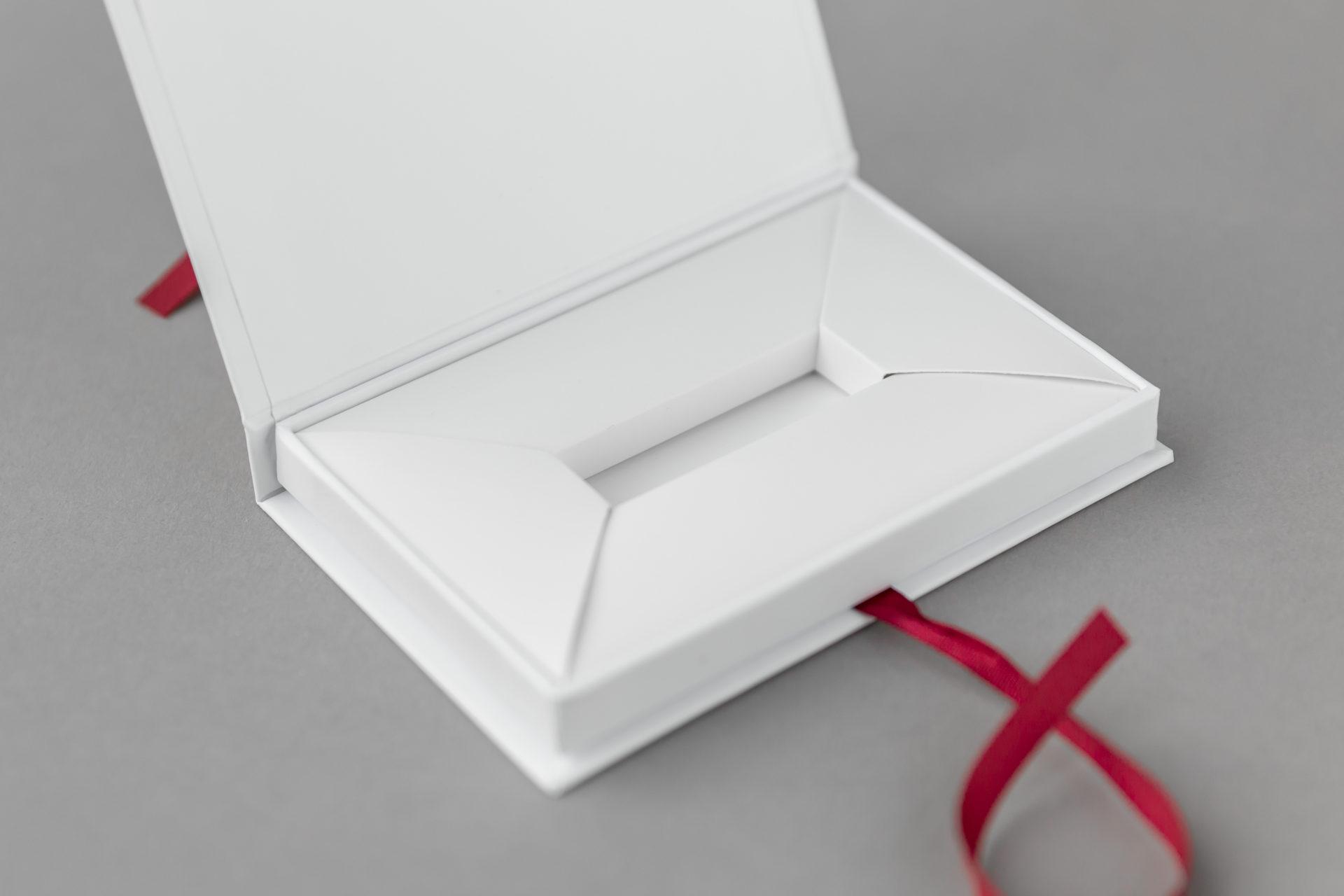 Doosje met leeslint en interieur voor USB stick