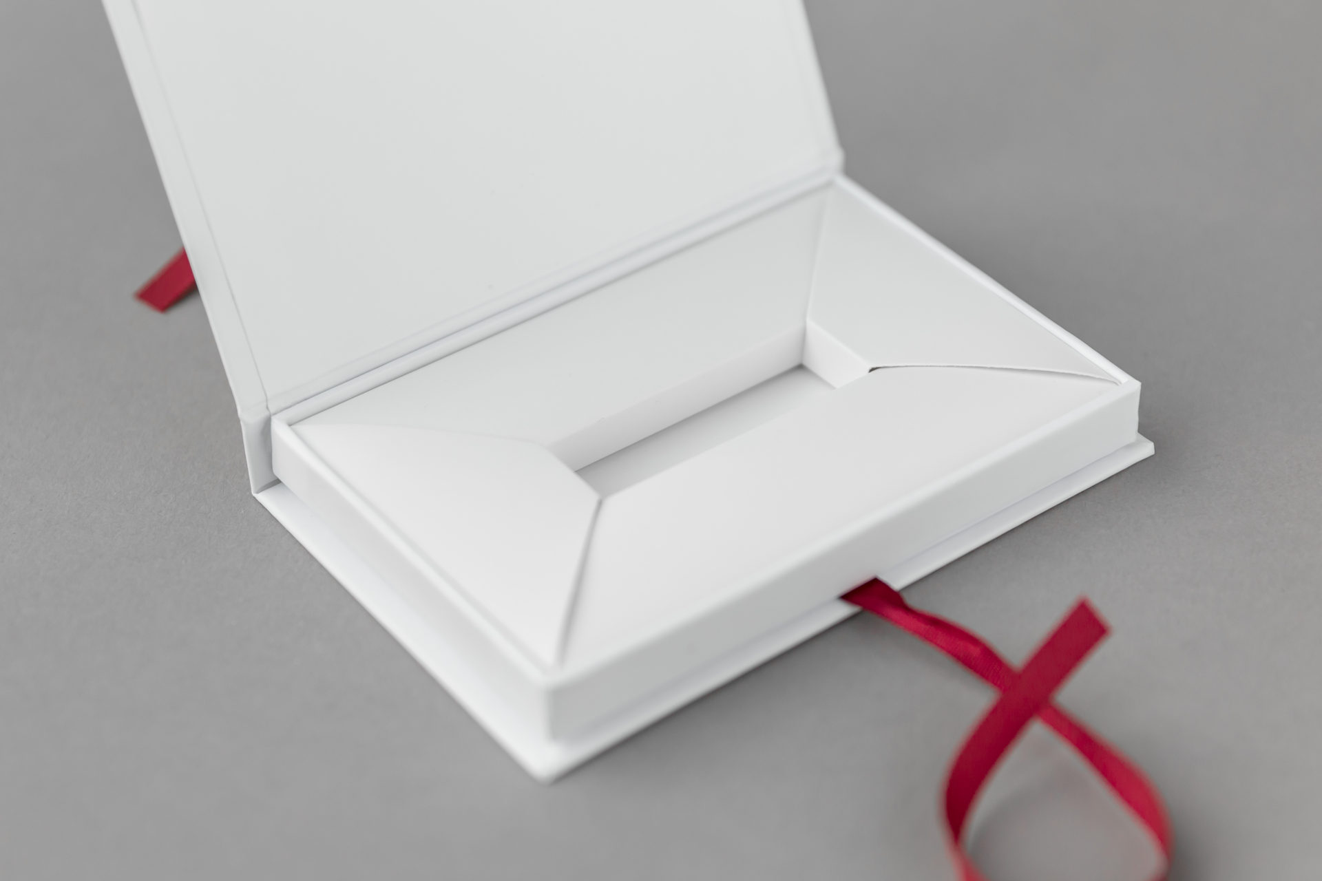 Herinneringsdoosje met lintsluiting tbv USB-stick